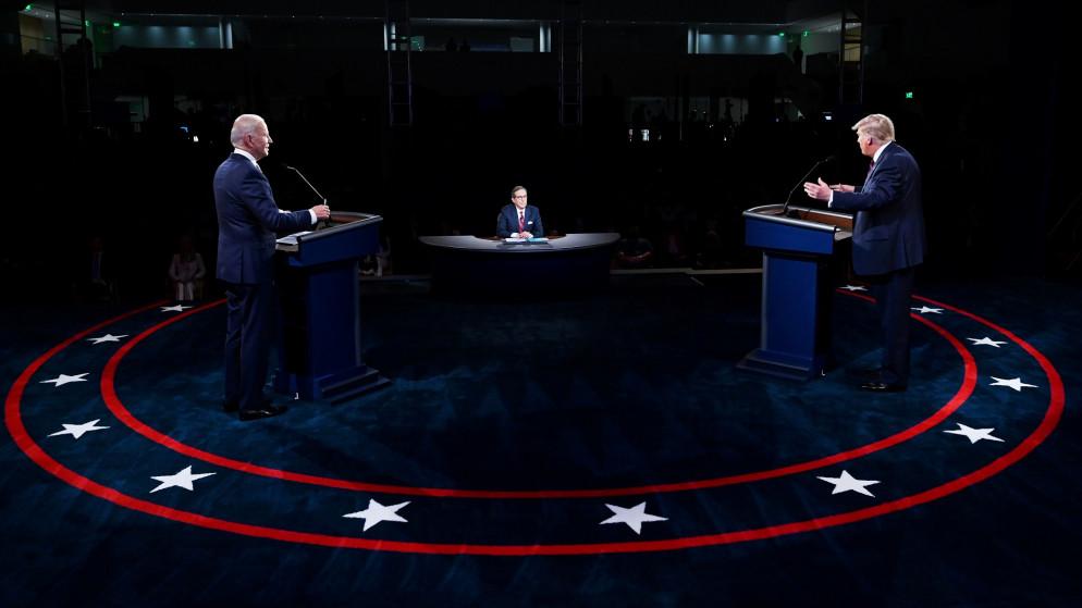 صورة المناظرة الأولى… اشتباك لفظي بين بايدن وترامب واتهامات متبادلة بالغباء والكذب