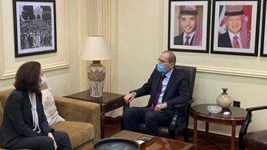 صورة الصفدي  يبلغ السفيرة الفرنسية في عمان استياء الأردن الشديد على نشر الرسوم المسيئة للرسول
