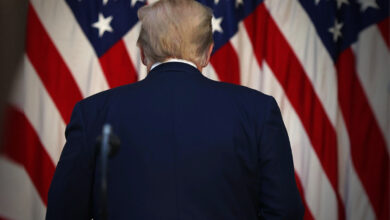 صورة هدوء ترامب المريب الذي يسبق العاصفة.. هل يفاجئ العالم ويشن ضربة عسكرية ضد إيران قبل رحيله؟