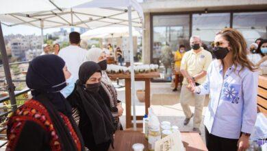 """صورة الملكة تلتقي عدداً من المزارعين وأصحاب المشاريع المستفيدين من موقع """"دبين"""" الالكتروني"""